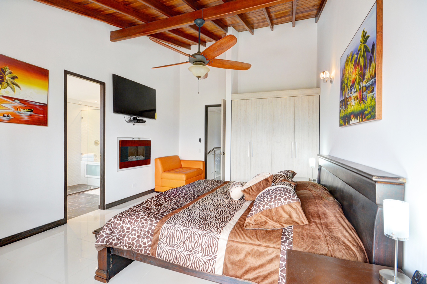 Bedroom 1 with wide screen TV, fireplace and ensuite bathroom in Astorga duplex