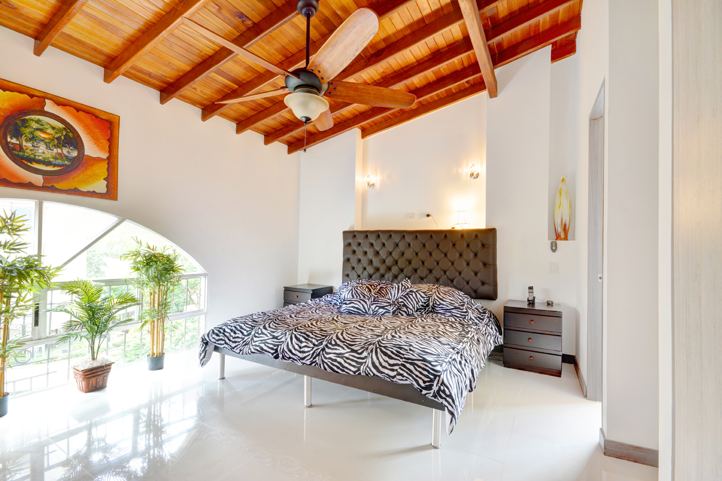 High ceilings with wooden beams in bedroom 2 in daylight